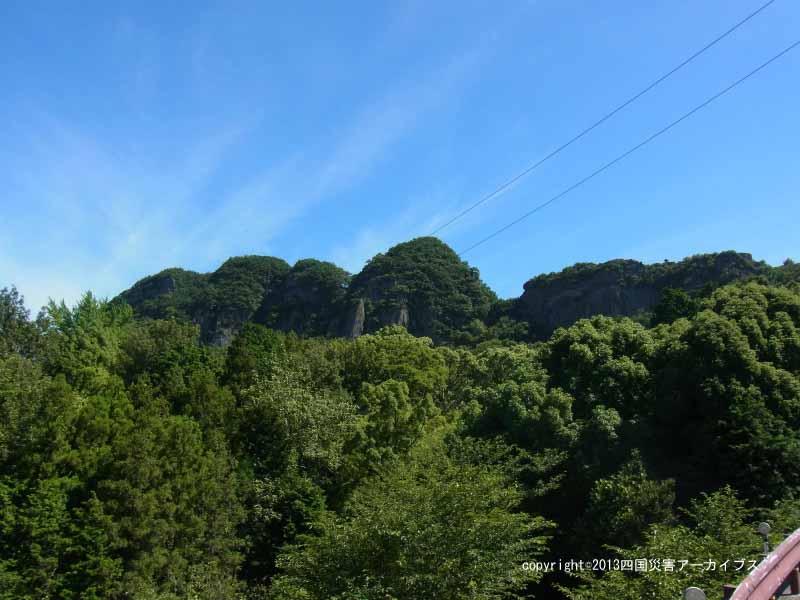 【備考画像】宝永4年の地震による五剣山の崩落