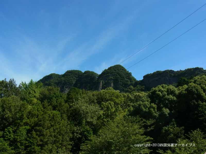 【備考画像】宝永4年の地震による五剣山の崩れ